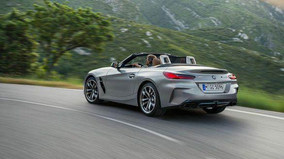 BMW Z4 M40i von links hinten fährt auf der Straße